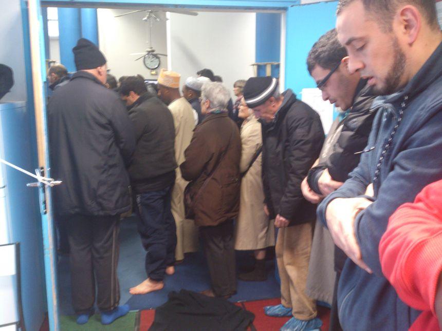 La prière des fidèles en présence des invités de la mosquée - Radio France