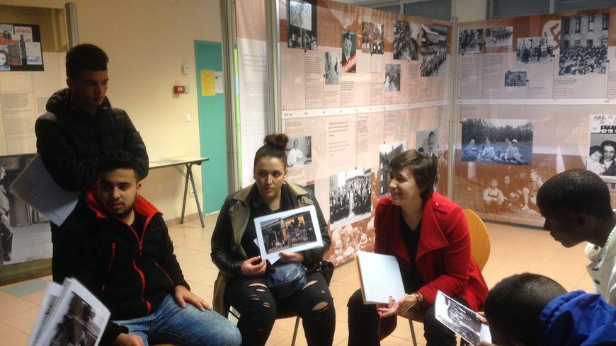 Les élèves révisent l'histoire de la Seconde Guerre mondiale.