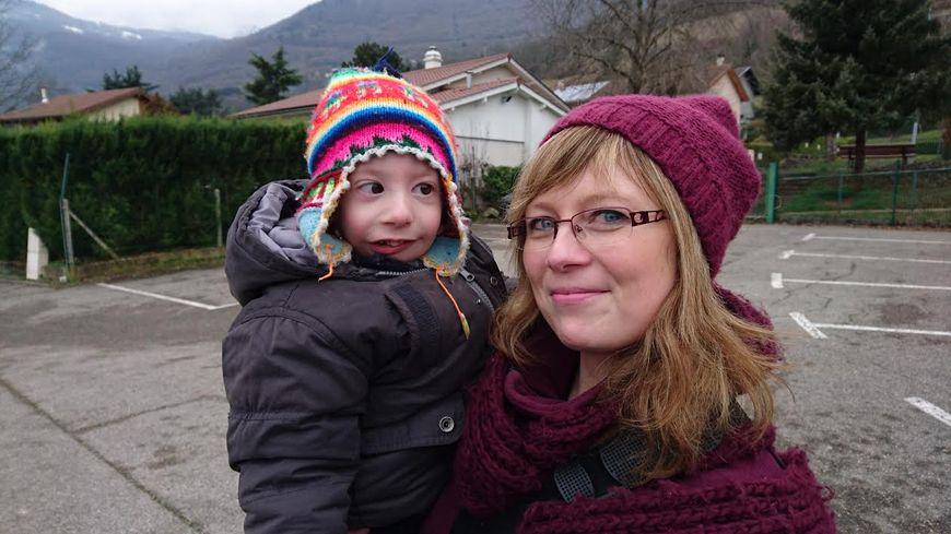 Alexis et Audrey devant l'école maternelle