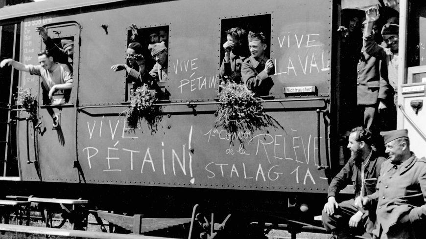 En 1942, un convoi de volontaire français part travailler en Allemagne.
