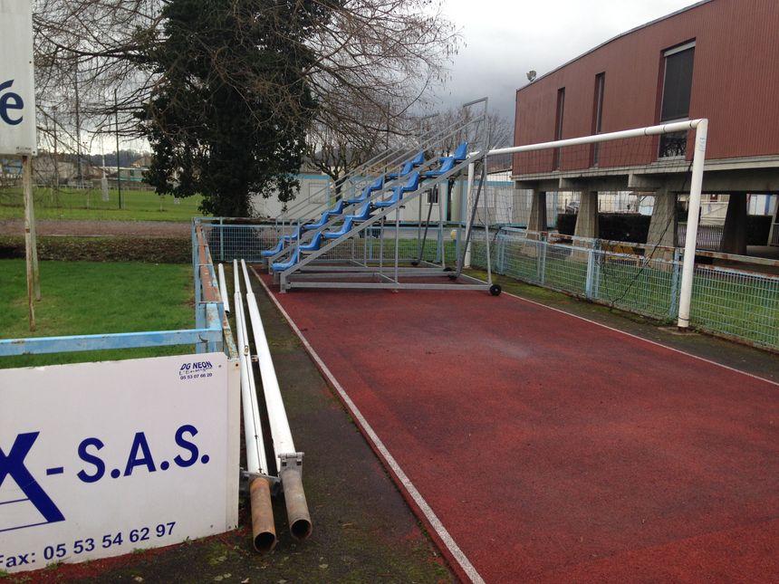 Les poteaux de rugby ont été enlevés, la cage attend... - Radio France
