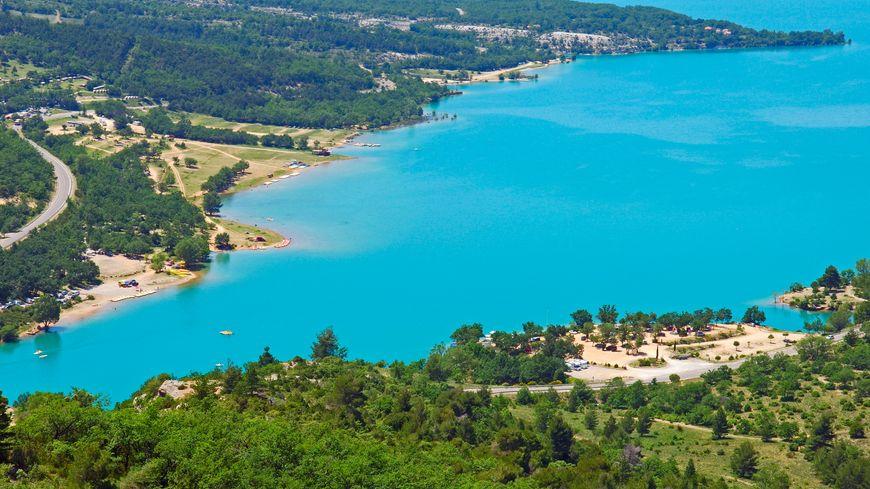 Le Lac de Sainte-Croix (photo) est situé à 40 km du Lac de Castillon