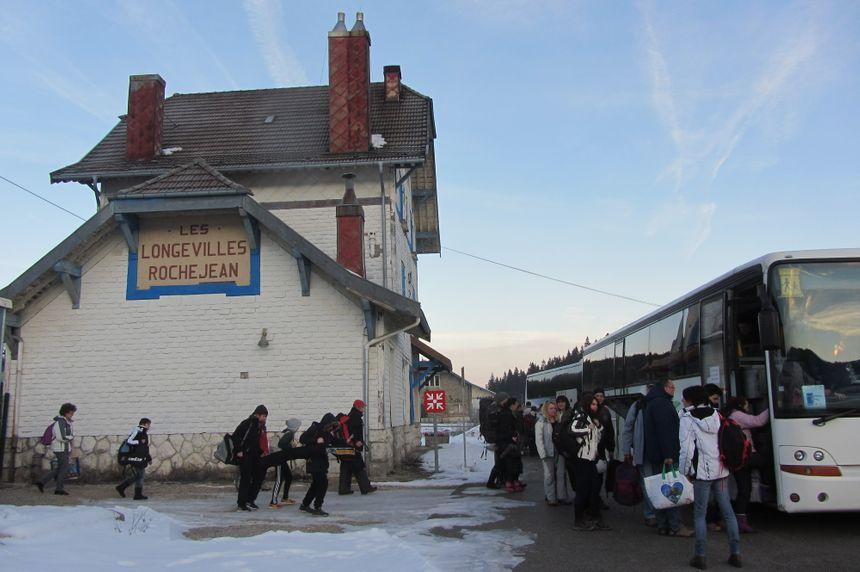 Arrivés à la gare, les skieurs prennent le car jusqu'à Métabief. - Radio France