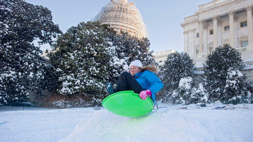 """Les américains s'occupent, pendant la tempête """"Snowzilla"""""""