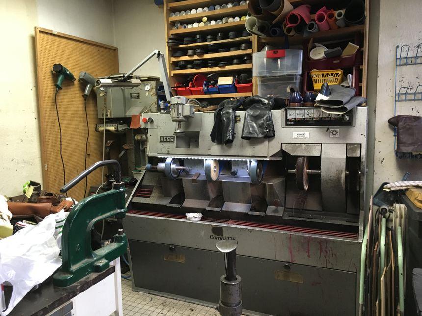 L'atelier de la cordonnerie où sont réparées les chaussures - Radio France