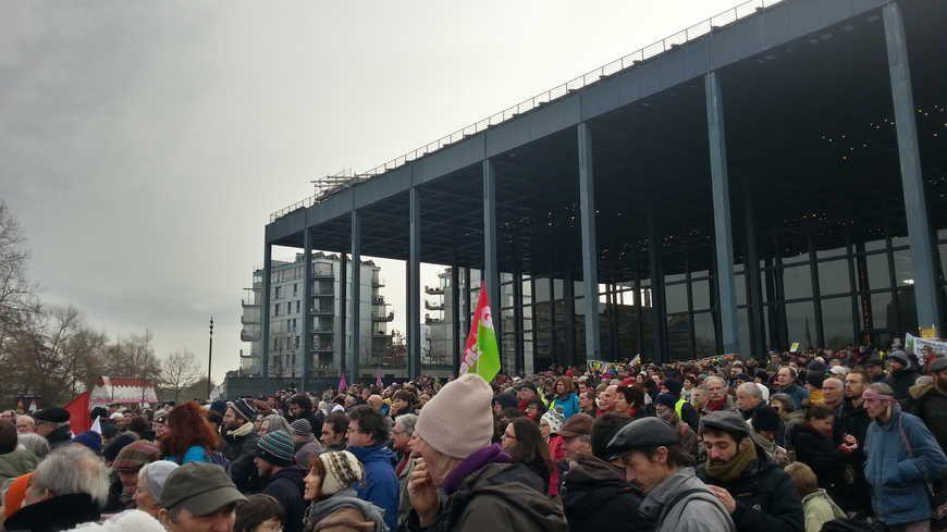 Le rassemblement devant le palais de justice était calme