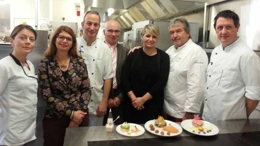 Michel Chabran en cuisine avec l'équipe de la résidence Roche Defrance