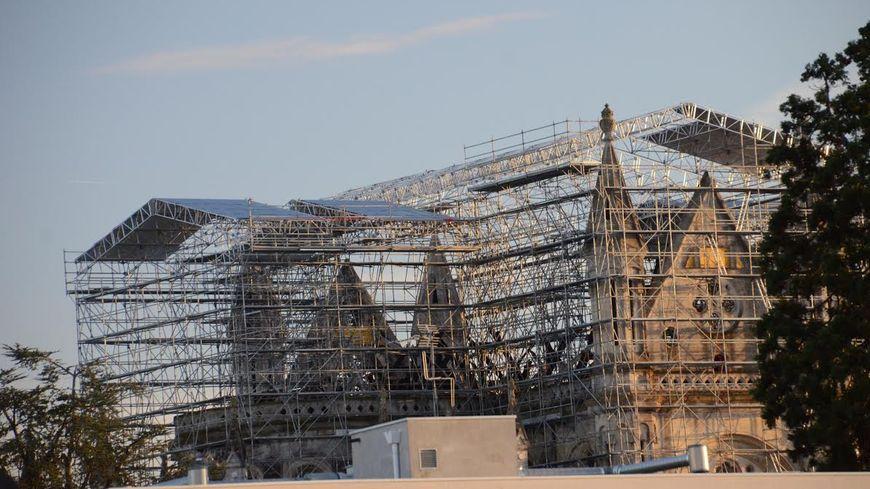 Le parapluie au-dessus de la basilique Saint-Donatien