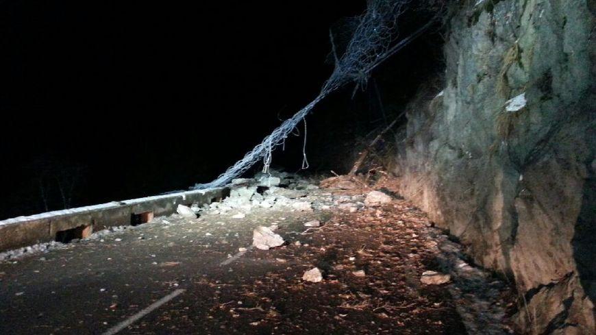 L'éboulement sur la RD 1091 au Freney-d'Oisans a emporté les filets pare-blocs