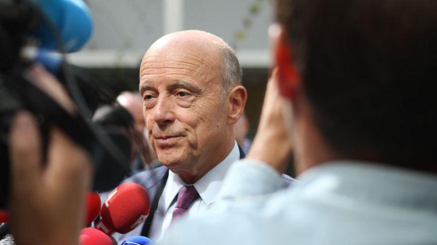 Alain Juppé répond aux journalistes.
