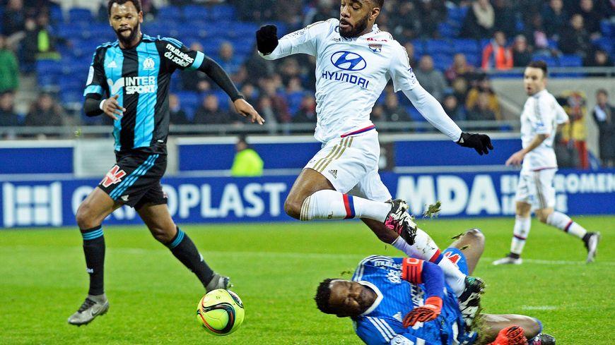 Lacazette face à Mandanda lors de la 22e journée de Ligue 1