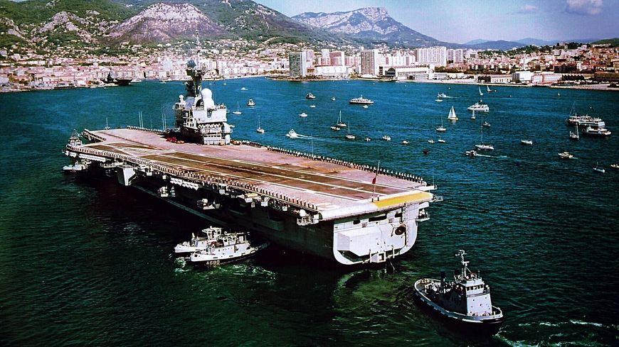 Le porte avions Charles de Gaulle à son arrivée à Toulon