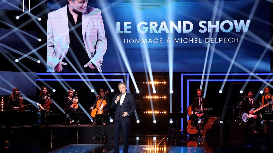 Michel Drucker sur le plateau du Grand Show spécial Michel Delpech