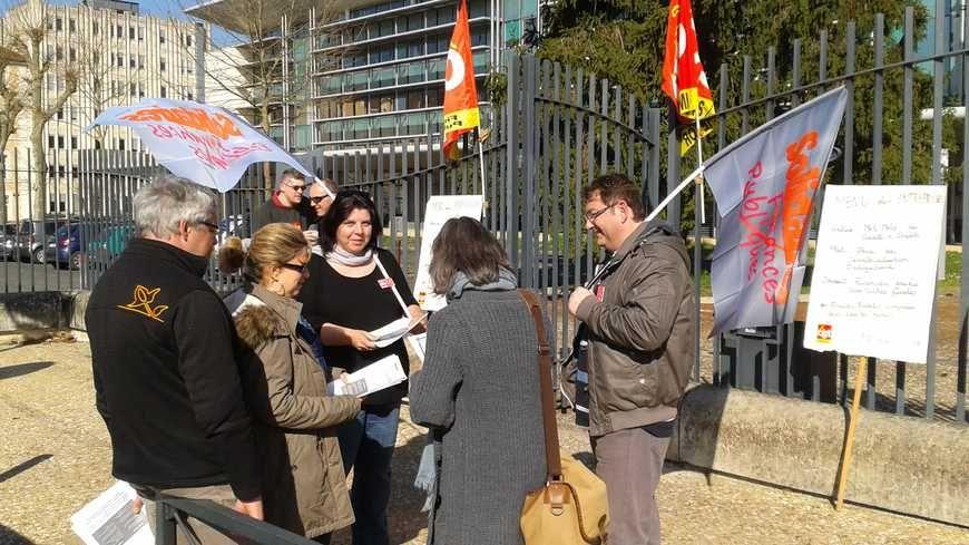 Piquet de grève devant les impôts de Périgueux en 2014