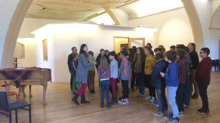 Une ancienne église a été transformée en salles de classe. © Radio France - Lauriane Delanoë