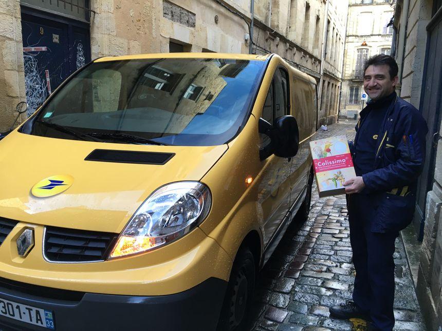 Philippe prend en charge notre colis - Radio France