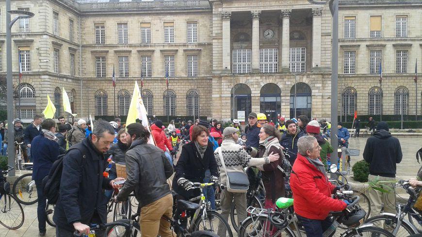 Les cyclistes se sont retrouvés devant l'hôtel de ville de Rouen