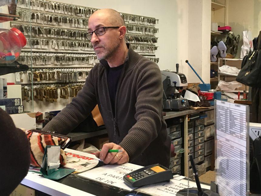 Yannick répare toutes sortes d'objets en cuir - Radio France
