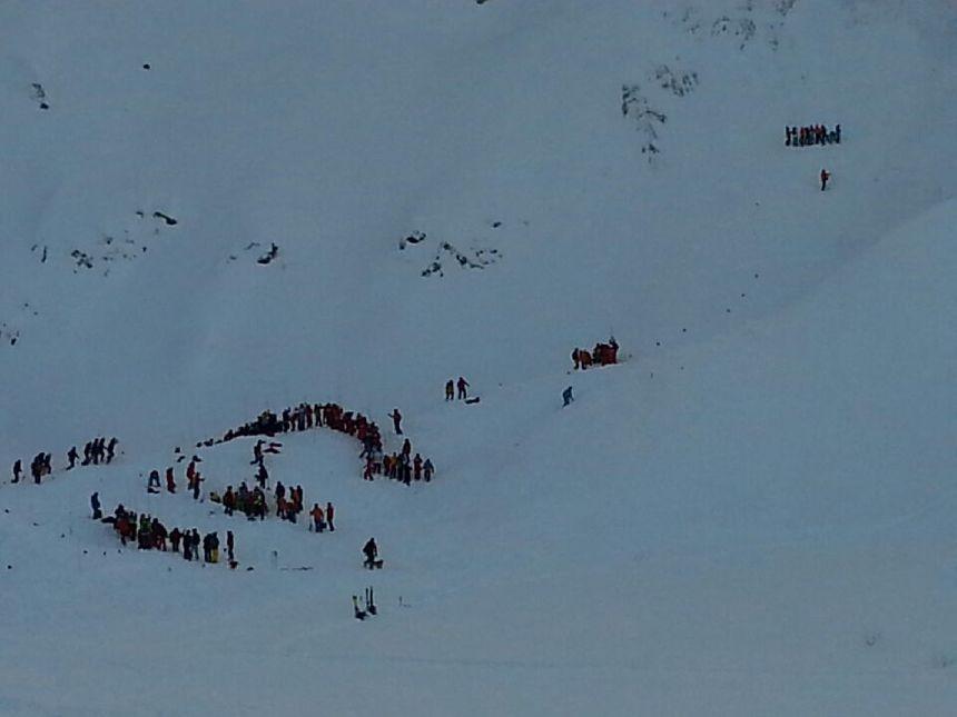 Une trentaine de secouristes ont sondé la neige peu de temps après la coulée - Radio France
