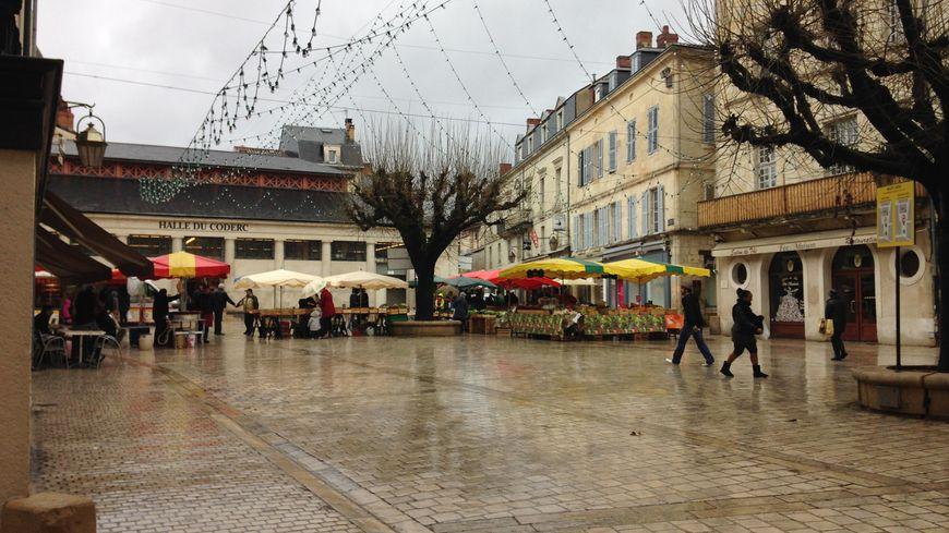 La place du Coderc à Périgueux, quasi vide avec la pluie ce dimanche.