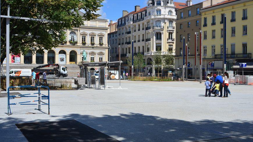La nouvelle place de l'hôtel de ville à Saint-Étienne