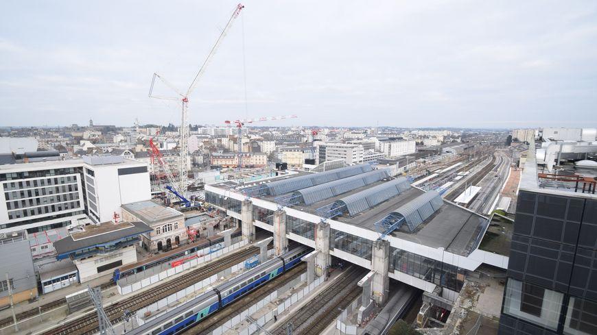 Une grue immense a été installée sur le chantier de la gare de Rennes