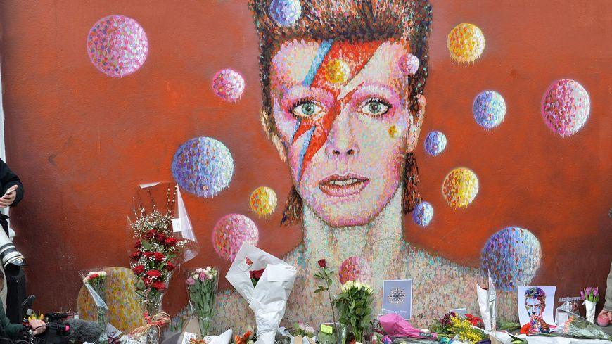 Des fleurs en hommage au chanteur disparu, hier à Londres