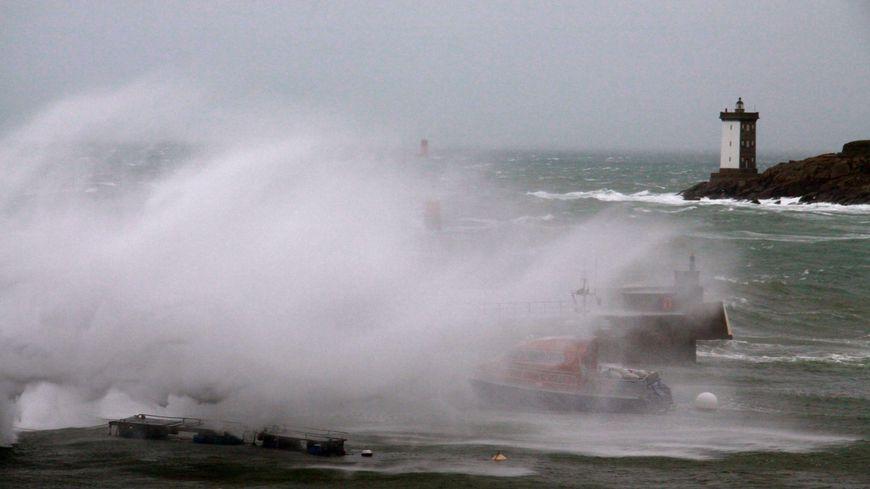 Coup de vent sur les côtes bretonnes (illustration)