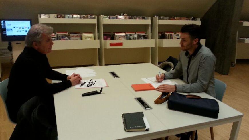 Ancien entrepreneur et jeune diplômé simulent un entretien d'embauche