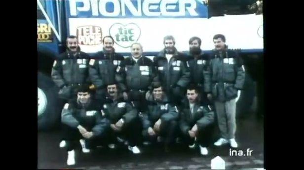 Georges Groine (debout au centre) et son équipage du Dakar 1986.