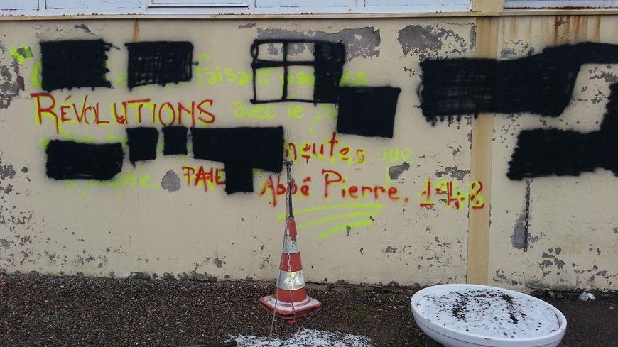 Les tags racistes ont été recouverts de peinture noire
