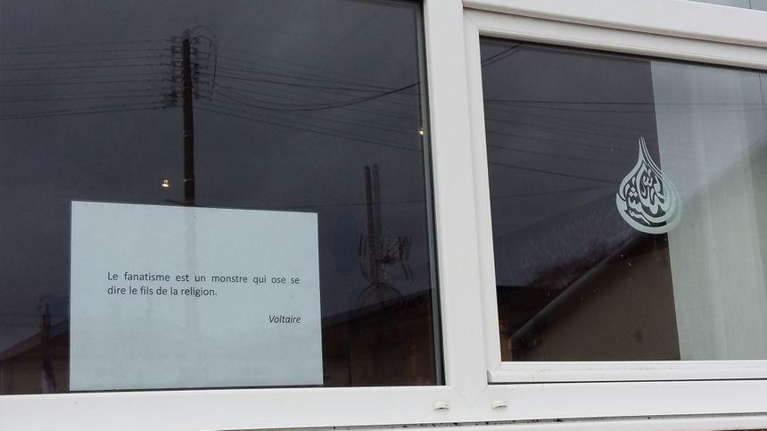 Des citations étaient affichées sur les fenêtres de la salle de prière. - Radio France