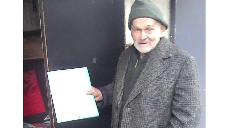 Jean-Marcel Abadie présente le bail de son appartement