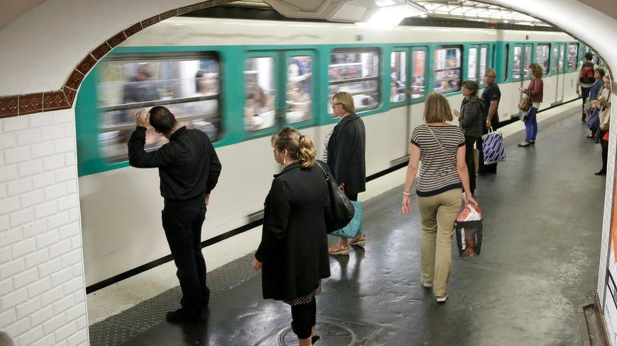 Passagers attendant le métro/Illustration