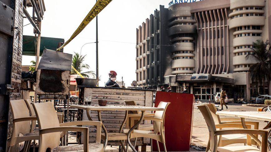 La terrasse du café Capuccino, où le frère de Vincent Kinda a trouvé la mort.