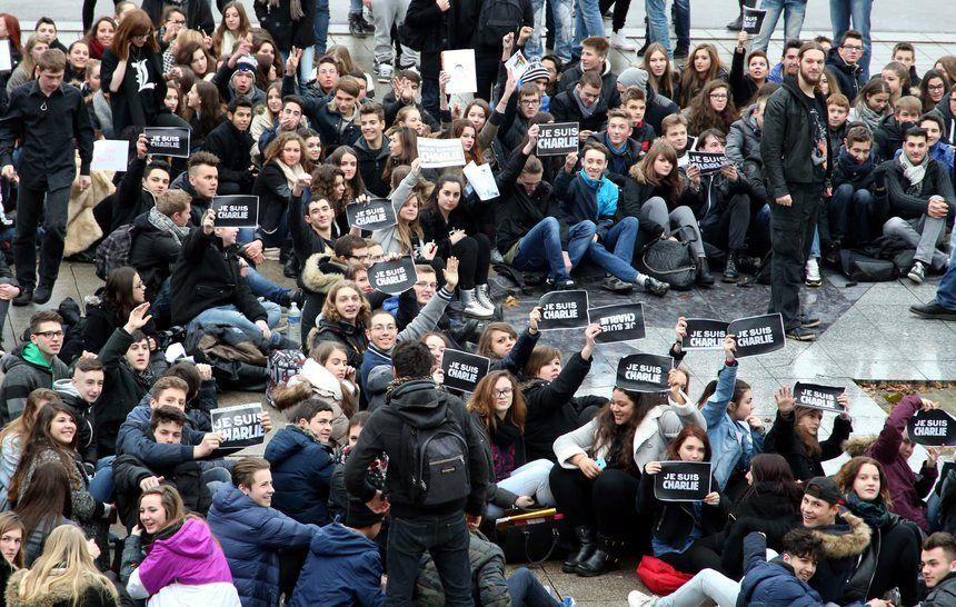 """Des lycéens de Thionville brandissent le slogan """"je suis Charlie"""" - Maxppp"""