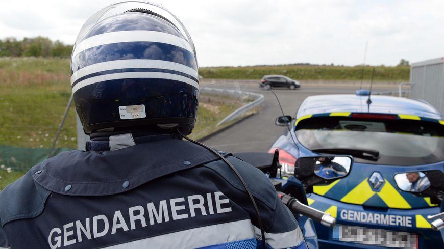 Des gendarmes surveillent la route