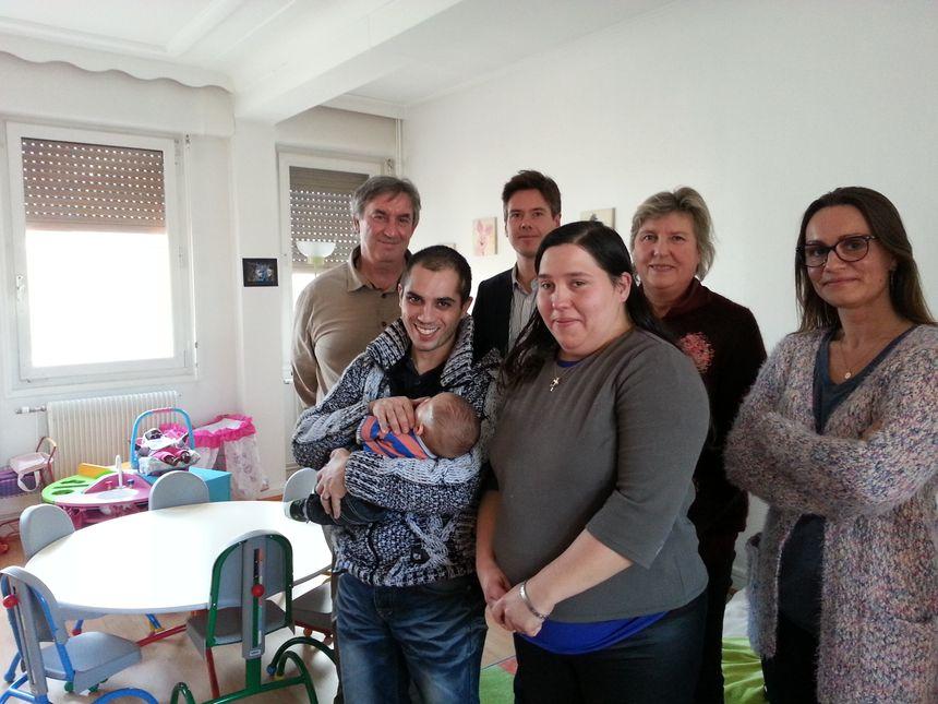 """L'équipe plurisdisciplinaire du centre """"A Petits Pas"""" avec des jeunes parents - Radio France"""