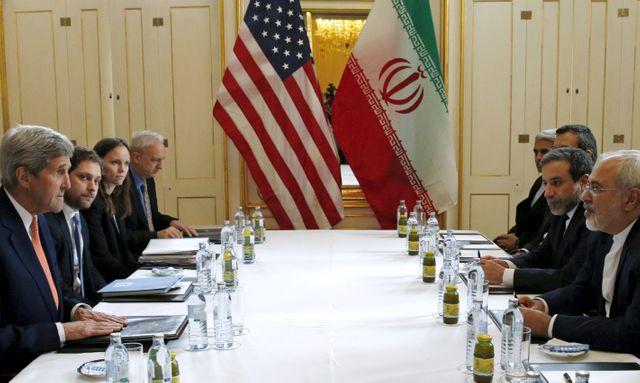John Kerry et son homologue iranien Mohammad  Javad Zarif se trouvaient à Vienne pour finaliser l'entrée en vigueur de cet  acco