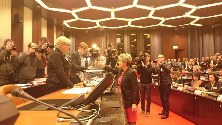 Le vote de Marie-Guite Dufay (PS) lors du premier tour. - Radio France
