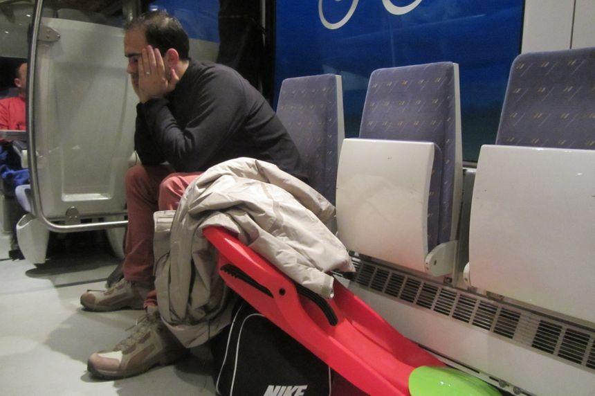 Dans le train, certains finissent leur nuit avant d'arriver sur les pistes. - Radio France
