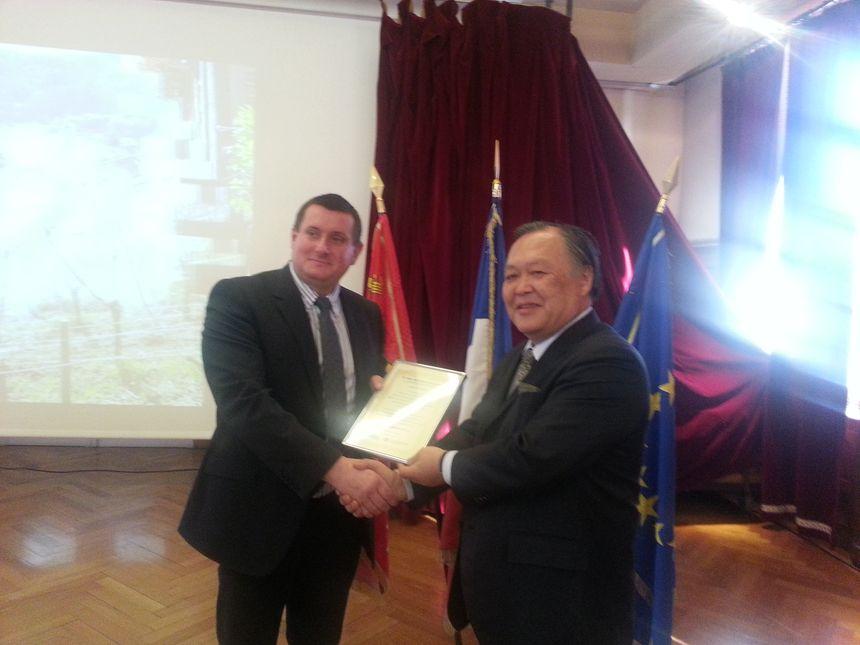 Daniel Klack, le maire de Riquewihr (à gauche) lors de la remise du prix - Radio France