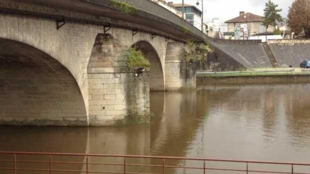 L'homme est tombé dans la rivière la Couze à Beaumont-du-Périgord.