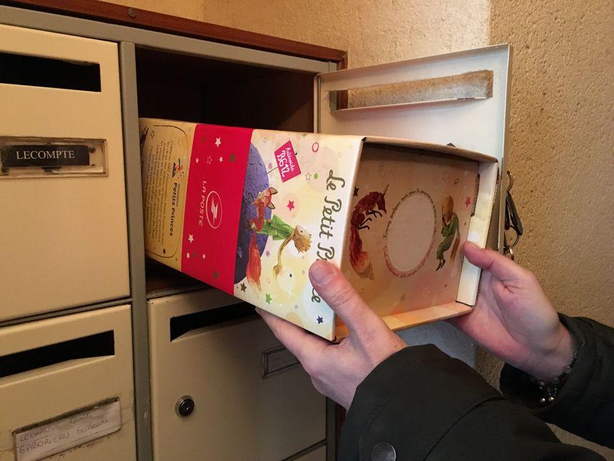 Thomas place notre colis dans sa boîte aux lettres - Radio France