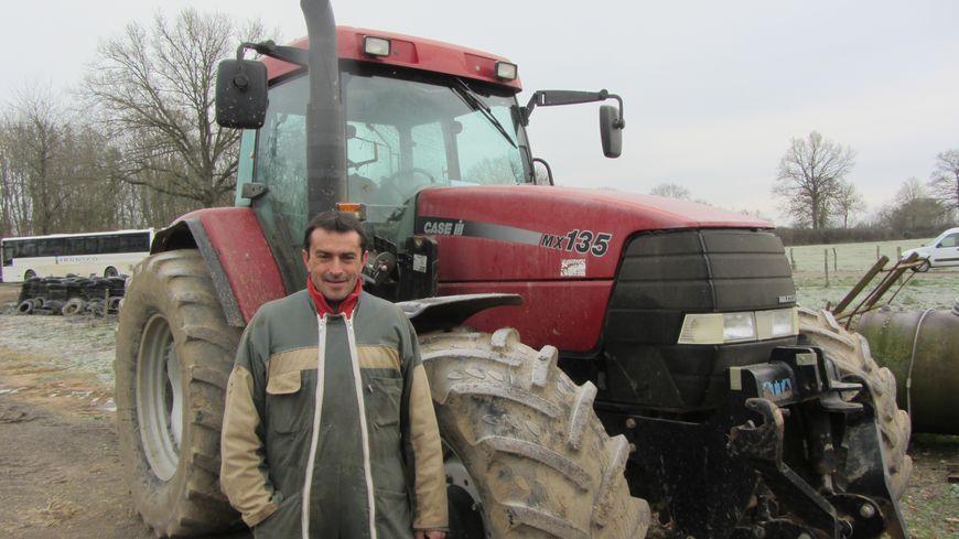 Didier Blandin est prêt à déneiger les routes avec son tracteur.