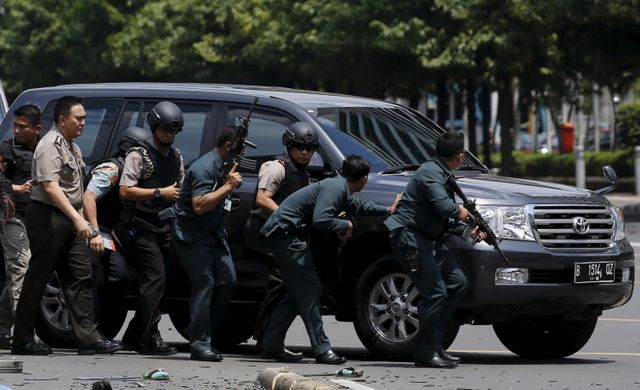 Explosions et tirs à Djakarta