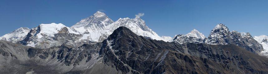La chaîne de l'Himalaya, et le Mont Makalu à droite - Maxppp