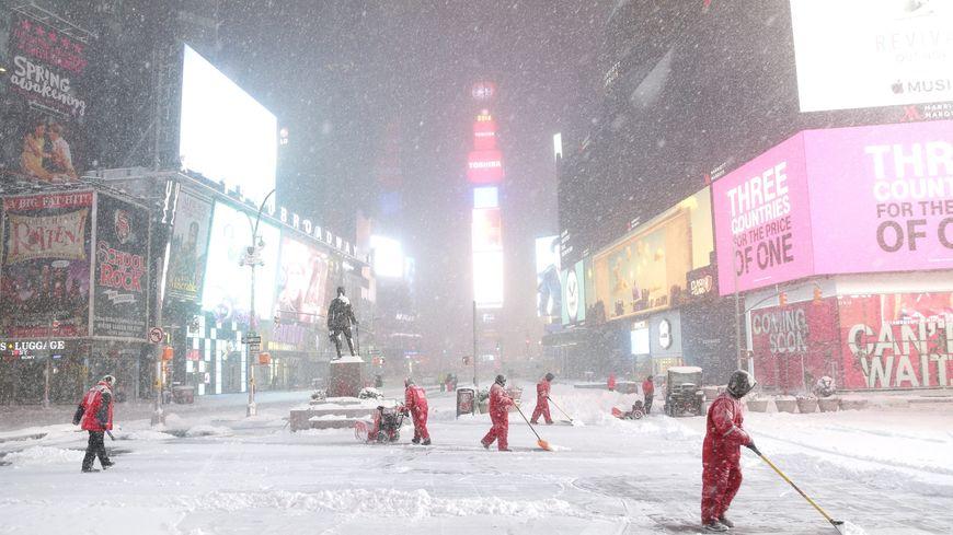 Times Square, quartier de la ville de New York, sous la neige samedi