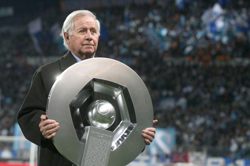 Michel Hidalgo présente le trophée du championnat de France en 2007 - Maxppp