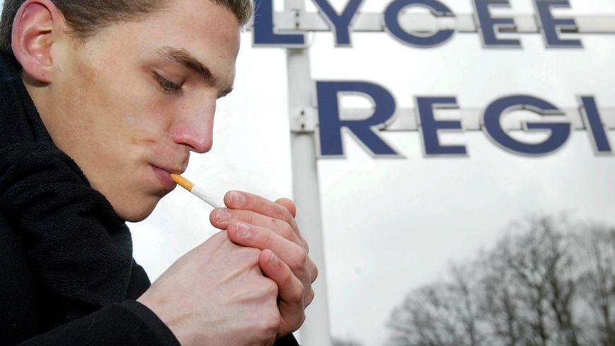Après les attentats de Paris, les établissements autorisent les jeunes à fumer